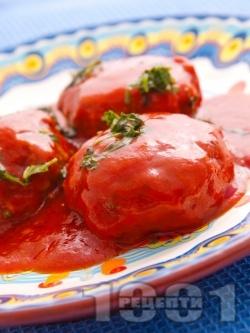 Варени кюфтета от свинска, телешка кайма, лук и моркови в доматен сос от консерва с печени чушки и магданоз - снимка на рецептата